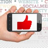 Social Media-Konzept: Übergeben Sie das Halten von Smartphone mit dem Daumen oben auf Anzeige Stockbild
