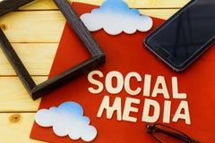 Social Media-Konzept mit Wolke, Smartphone, Augengläsern und Bilderrahmen Stockfotografie