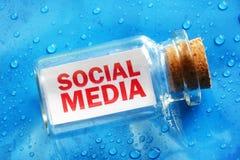 Social Media-Mitteilung in einer Flasche Stockbild