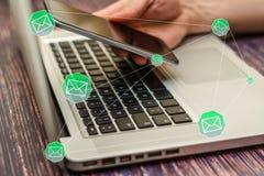 Social Media-Mitteilung und -Social Networking Weibliches Handzeichnungsdiagramm auf transparentem Bildschirm lizenzfreie stockfotos