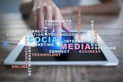 Social Media-Netz und -marketing Geschäft, Technologiekonzept Wortwolke auf virtuellem Schirm stockfotografie