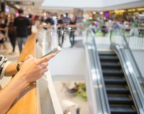 Social Media Smartphoneon-line-Geschäftsmitteilung, -gleiche, -nachfolger und -kommentar stockbild