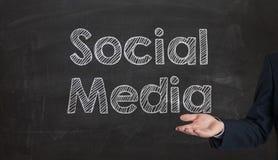 Social Media-Wortwolke geschrieben auf eine Tafel, die durch ha sich darstellt Lizenzfreies Stockbild