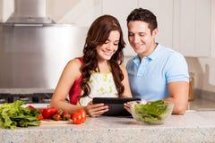 Social Networking in der Küche Lizenzfreies Stockbild