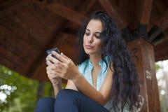 Social Networking - junger lächelnder Frauengebrauch beweglicher pH der Mischrasse Lizenzfreie Stockfotos