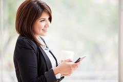 Social Networking mit Kaffee Lizenzfreie Stockfotos