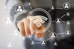 Social signal för wifi för affärsman för nätverksmanöverenhet Fotografering för Bildbyråer