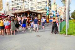 Social stång för semester, Benidorm, Spanien arkivbild