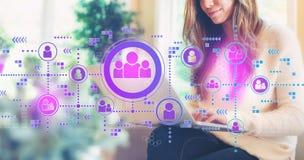 Sociala anslutningar med kvinnan som använder en bärbar dator royaltyfri fotografi