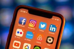 Sociala massmediaapp-symboler på den moderna nya smartphonen Royaltyfria Bilder