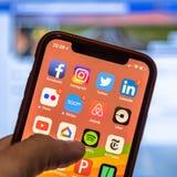 Sociala massmediaapp-symboler på den moderna nya smartphonen Fotografering för Bildbyråer