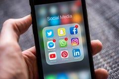 Sociala massmediaapp-symboler som visas på den Apple iPhonen Fotografering för Bildbyråer