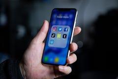 Sociala massmediaapplikationsymboler på Iphone X arkivbilder