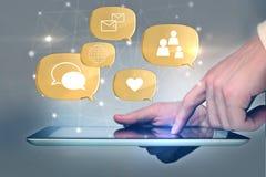Sociala massmediasymboler ovanför den digitala minnestavlan Arkivbilder