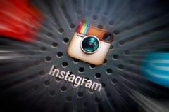 Sociala massmediasymboler på den smarta telefonskärmen arkivbild