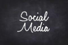 Sociala medel som är handskrivna på den svart tavlan Royaltyfri Fotografi