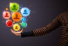 Sociala nätverkssymboler i handen av en kvinna Fotografering för Bildbyråer
