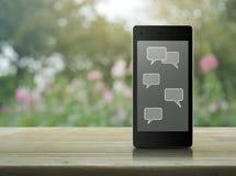 Sociala pratstundtecken- och anförandebubblor på den moderna smarta telefonskärmen Fotografering för Bildbyråer