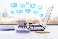 Sociala symboler och workspace Arkivfoto