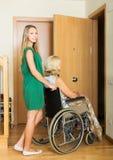 Socialarbetare och rörelsehindrad kvinna Fotografering för Bildbyråer