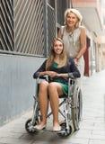 Socialarbetare och rörelsehindrad kvinna på promenaden Fotografering för Bildbyråer