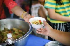 Sociale die Problemen van Armoede door Te voeden worden geholpen: Conceptenproblemen van het leven de armen: Het Voedsel van het  stock foto