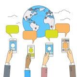 Sociale Media Communication della mappa del globo del mondo dello Smart Phone della tenuta delle mani Fotografie Stock Libere da Diritti