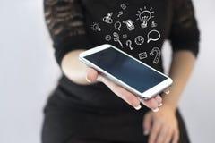 Sociale media die concept trekken van telefoon Stock Foto's
