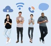 Sociale media gewijde mensen die hun telefoons met behulp van stock fotografie