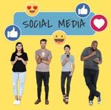 Sociale media gewijde mensen die hun telefoons met behulp van royalty-vrije stock foto