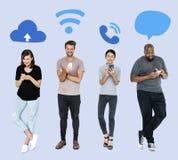 Sociale media gewijde mensen die hun telefoons met behulp van royalty-vrije stock foto's