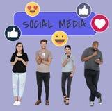 Sociale media gewijde mensen die hun telefoons met behulp van stock foto