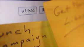 Sociale Media Macro Dichte Omhooggaand: Dolly aan Facebook 'zoals' knoop stock footage