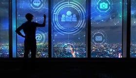 Sociale Media met de mens door grote vensters bij nacht Stock Foto