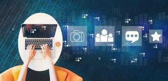 Sociale media met persoon die laptop met behulp van royalty-vrije stock fotografie