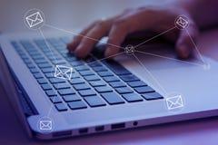 Sociale media overseinen en sociaal netwerken Het concept van de marketing stock foto