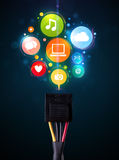 Sociale media pictogrammen die uit elektrische kabel komen Stock Afbeeldingen