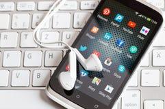 Sociale media pictogrammen op het slimme telefoonscherm Stock Foto