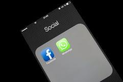 Sociale media pictogrammen op het smartphonescherm Royalty-vrije Stock Fotografie