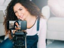 Sociale media smartphone van de verslavingsdame selfie royalty-vrije stock foto