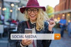 Sociale media toegang op uw slimme telefoon stock foto