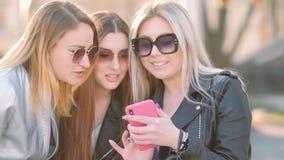 Sociale media verslavingsmeisjes die geheugen delen stock videobeelden