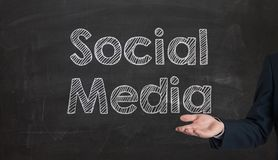 Sociale media woordwolk die op een bord wordt geschreven die door Ha voorstellen Royalty-vrije Stock Afbeelding