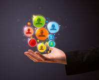 Sociale netwerkpictogrammen in de hand van een zakenman Stock Fotografie