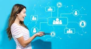 Sociale verbindingen met jonge vrouw die tablet gebruiken Royalty-vrije Stock Afbeeldingen