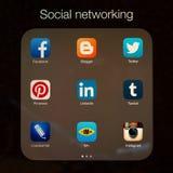 Sociale voorzien van een netwerktoepassingen op de vertoning van Apple iPad Stock Foto