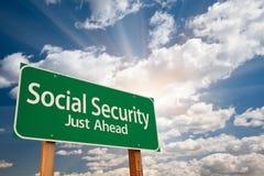 Sociale zekerheid Groene Verkeersteken over Wolken Stock Foto