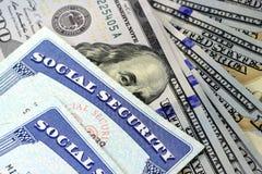 Sociale zekerheidkaart en de munt van de V.S. honderd dollarrekening Stock Afbeeldingen