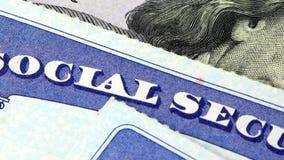 Socialförsäkringkort och USA-valuta hundra dollarräkning lager videofilmer