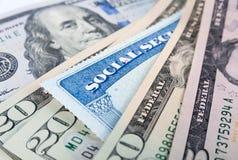 Socialförsäkringkort och amerikandollarräkningar Arkivbild